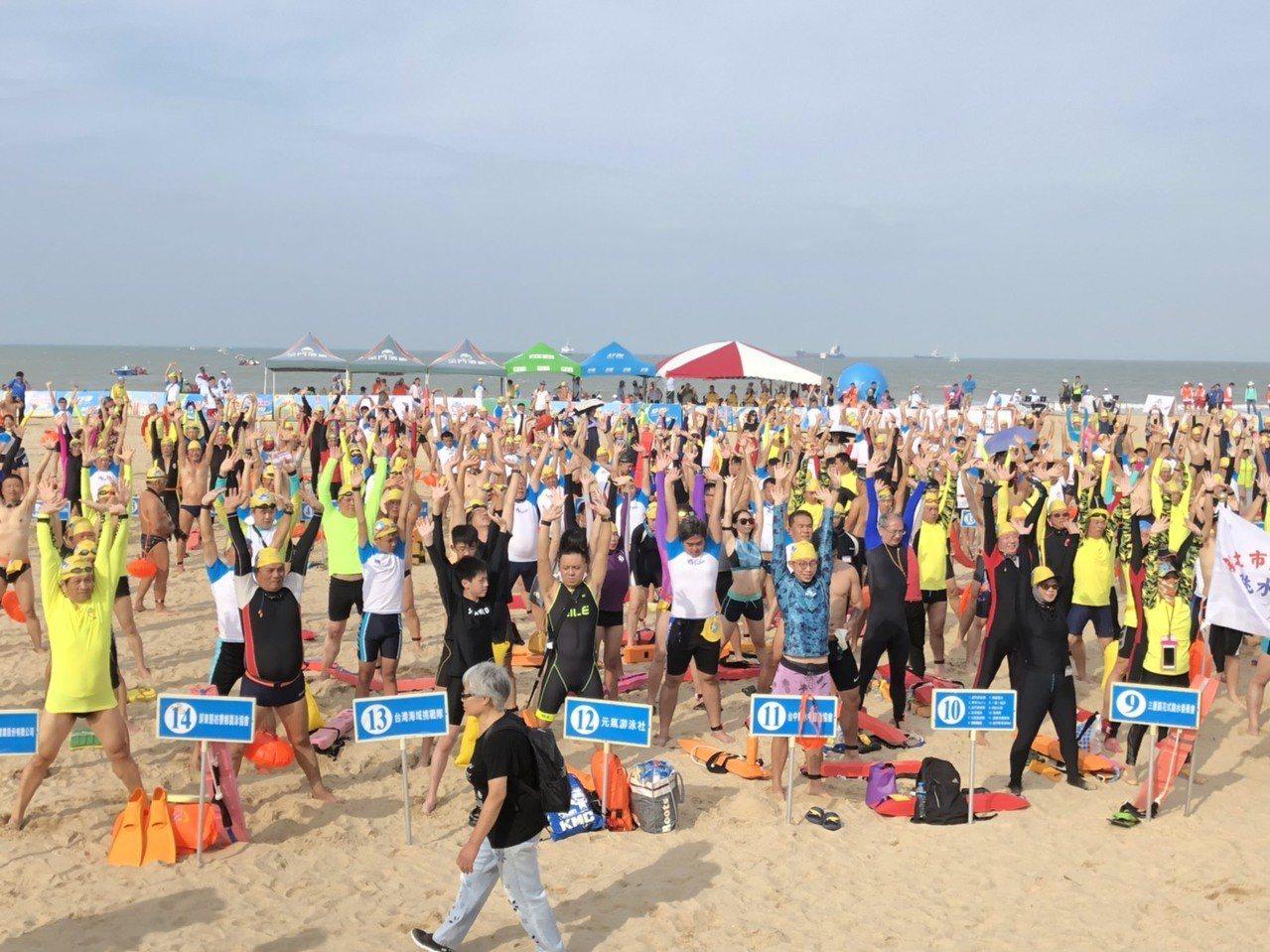 一年一度的「搶灘料羅灣海泳」活動,今天上午7點在料羅灣82據點海灘登場,選手跳暖...