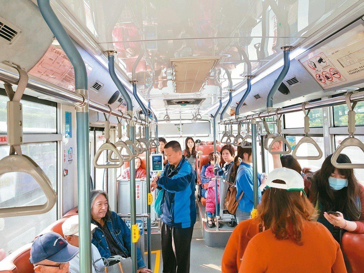 台北市公車上下車刷卡上路一周,公運處表示,大約接到100件民眾回報溢扣。 圖/聯...