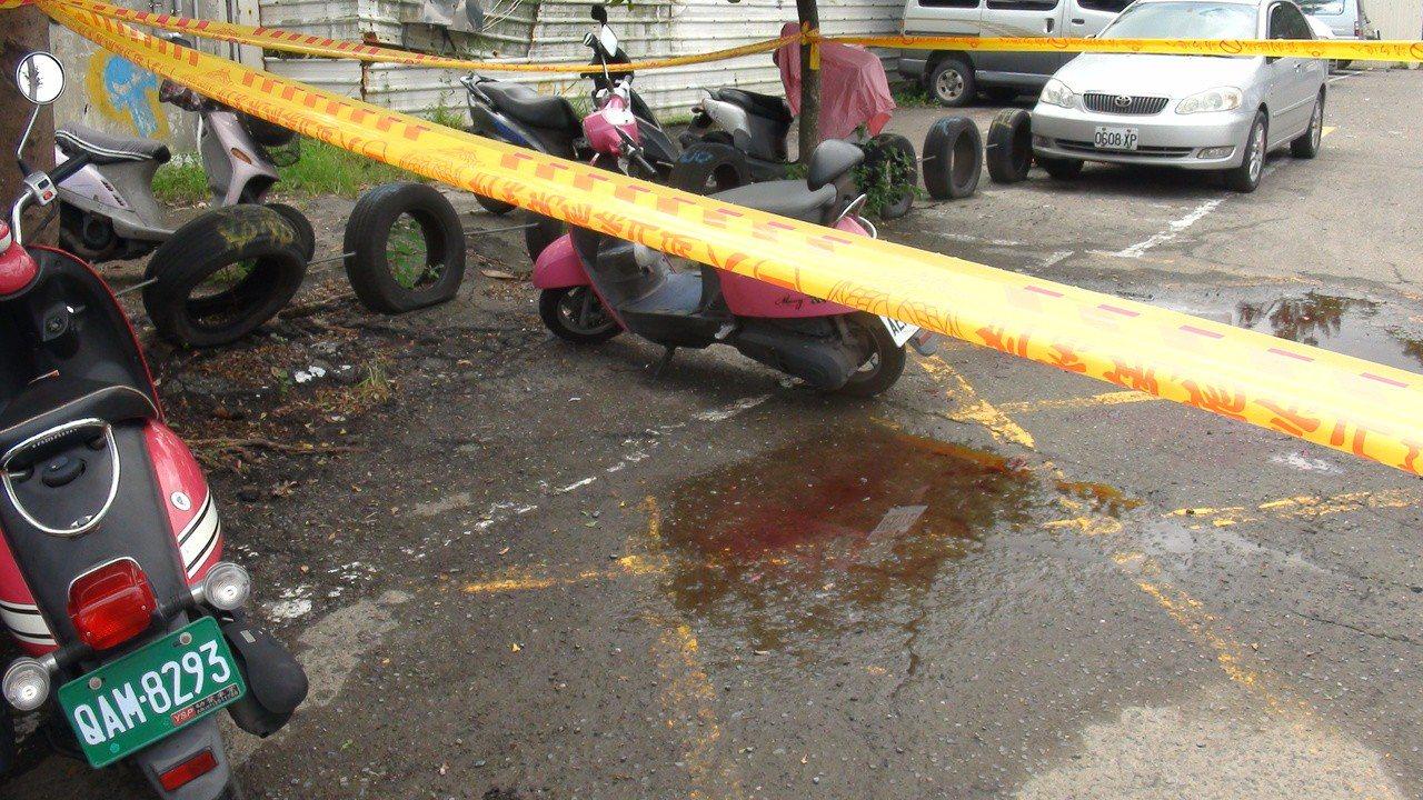 高雄市大社果菜市場今早發生兇殺案,一名46歲王姓女子身亡,現場血跡斑斑。記者王昭...