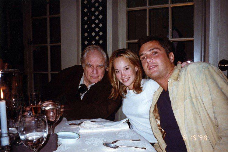 馬龍白蘭度與女兒Petra、女婿Russel Fischer 攝於1998年。圖...