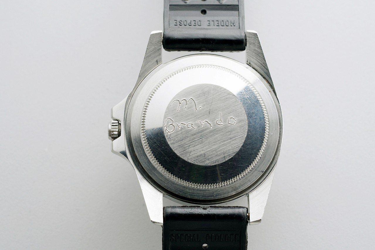 馬龍白蘭度的無表圈勞力士GMT-Master 型號1675腕表表備有他親手簽名。...