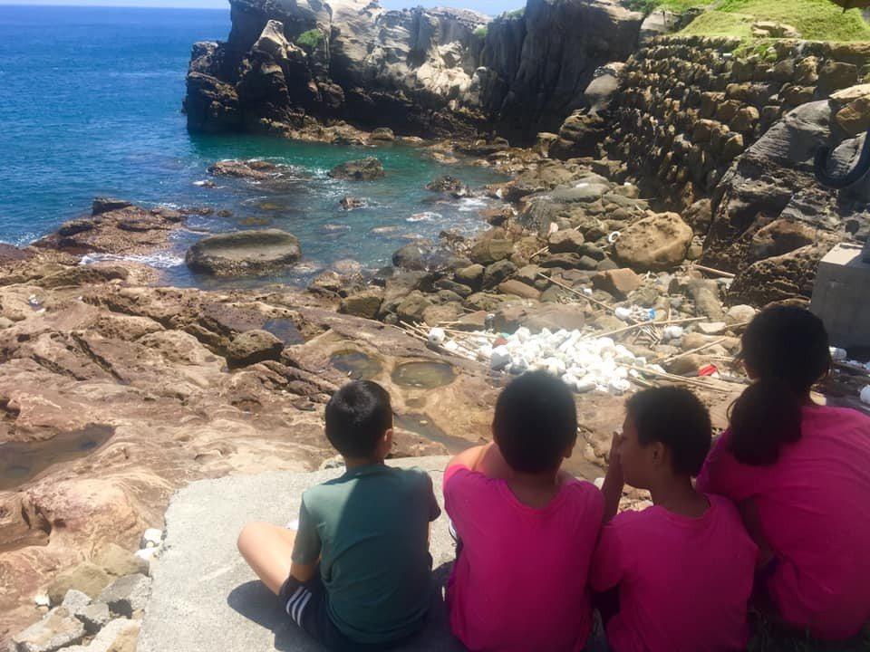 全台最髒海岸在台二線83.2公里處,有「全台最美的海邊小學」之稱的鼻頭國小就在8...