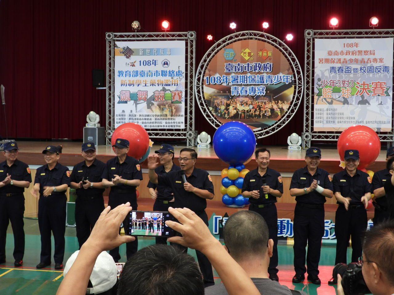 台南市警察局長黃宗仁率領全市各分局分局長為球員與觀眾高歌。記者周宗禎/攝影