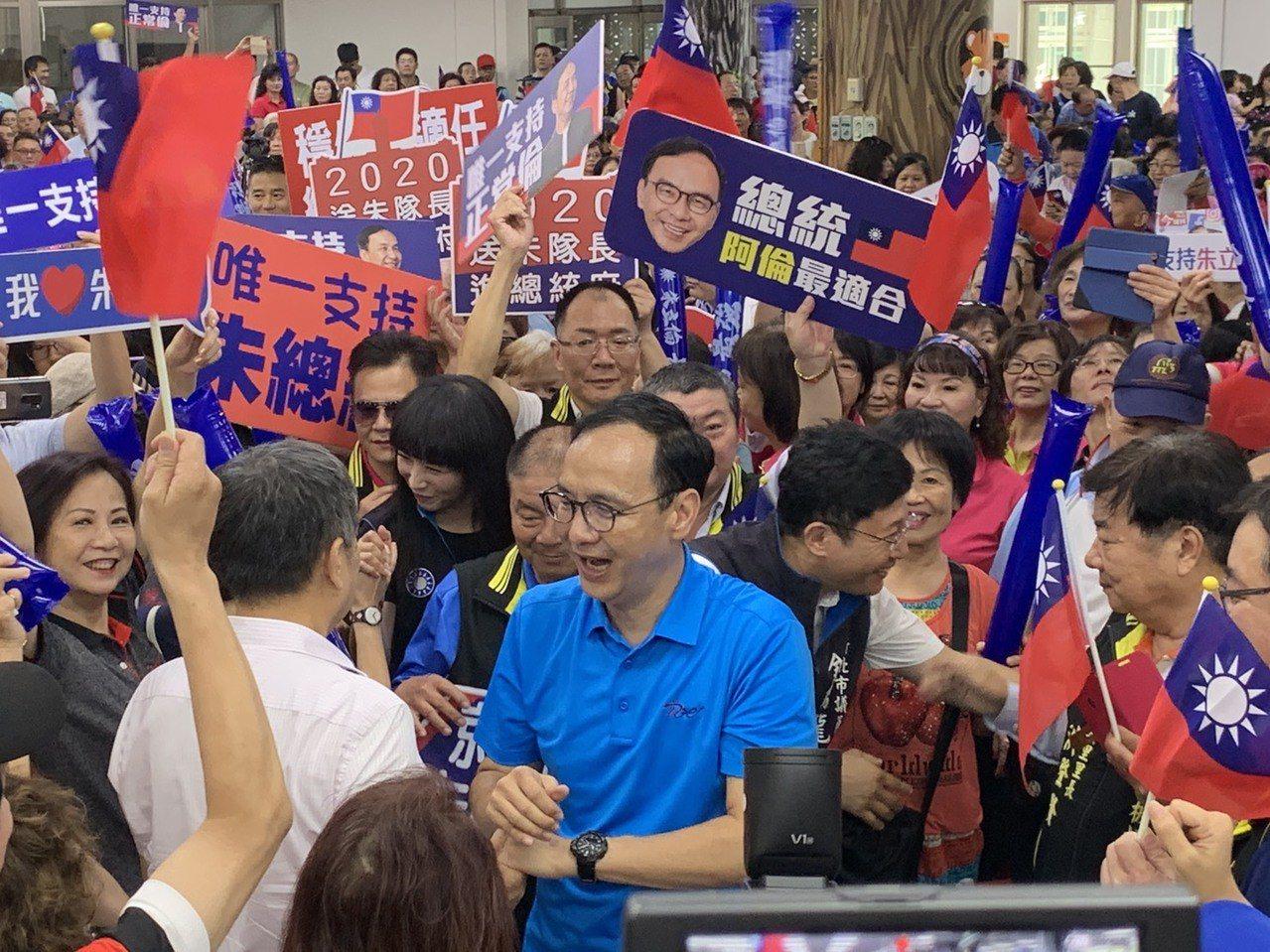 國民黨總統初選參選人朱立倫今早回到新北市,在板橋黃石市場活動中心辦小型造勢,熱情...