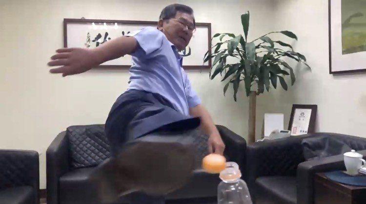 嘉義縣立委陳明文踢瓶蓋1次就成功,但練習一天,還踢壞一個垃圾桶。記者魯永明/翻攝