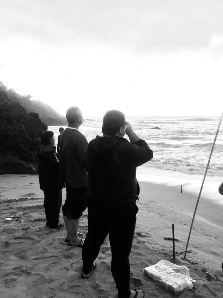 救難隊員在臉書po出家屬在岸邊焦急憂心等候的黑白照片,提醒「無論在什麼環境, 如...