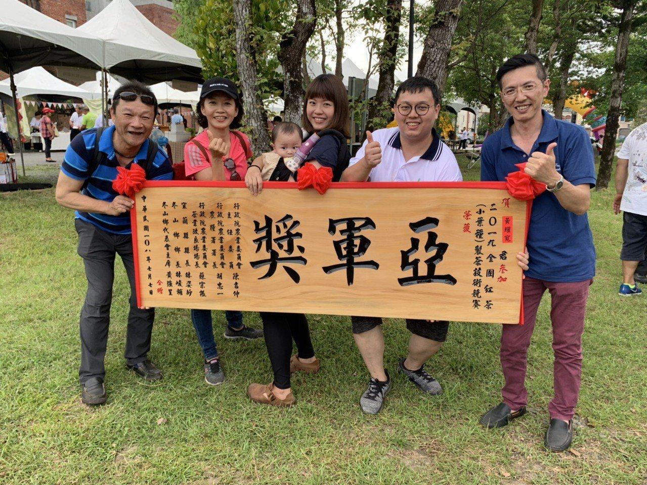 黃耀寬(右二)與家人及三峽農事指導員合影。圖/新北市農業局提供