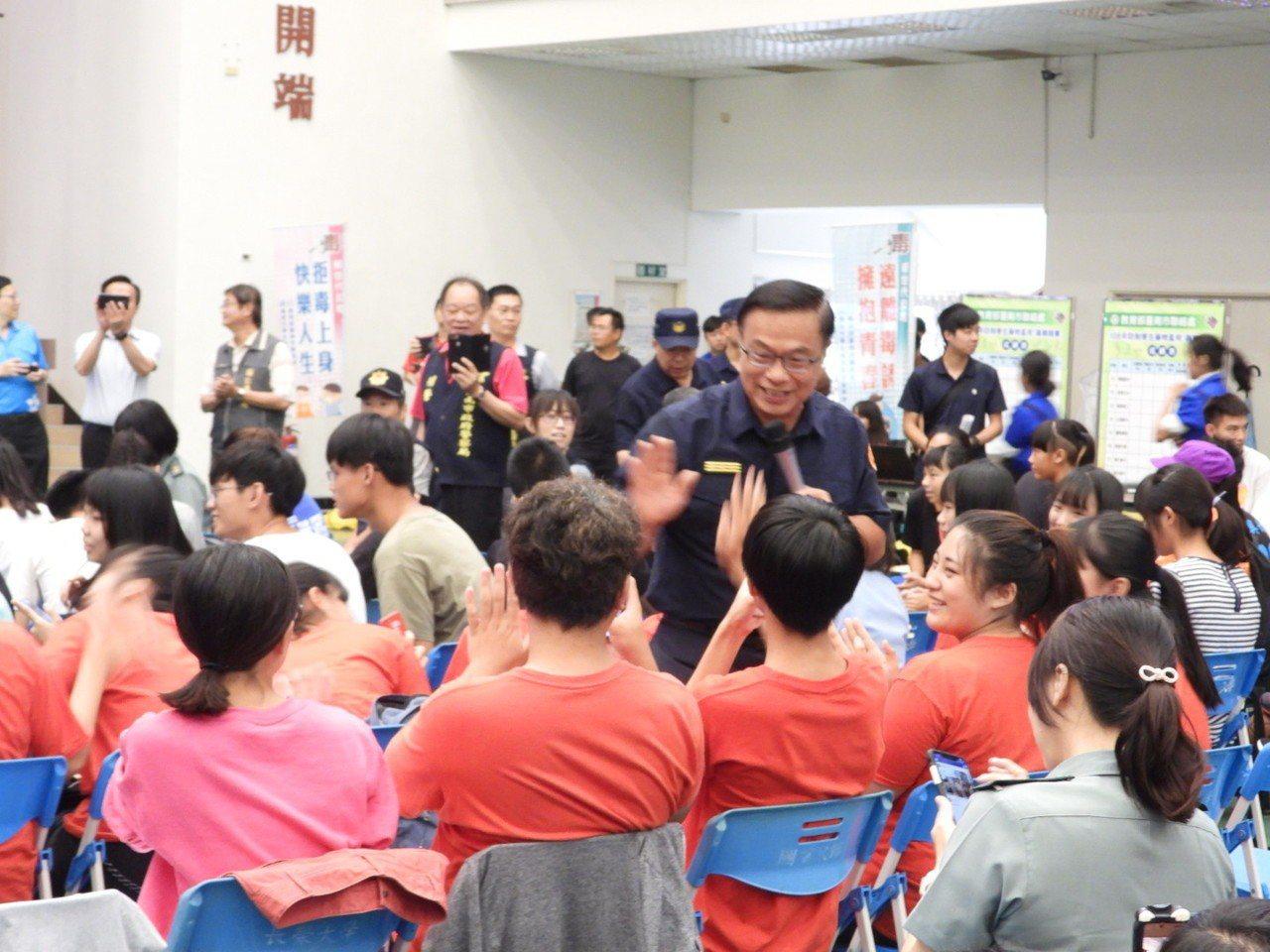 黃宗仁走進人群邊高歌邊握手。記者周宗禎/攝影