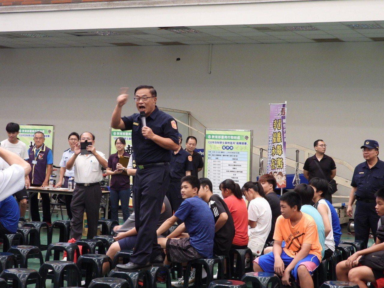 活動正式開始前黃宗仁站上椅子高歌接受各方喝采。記者周宗禎/攝影