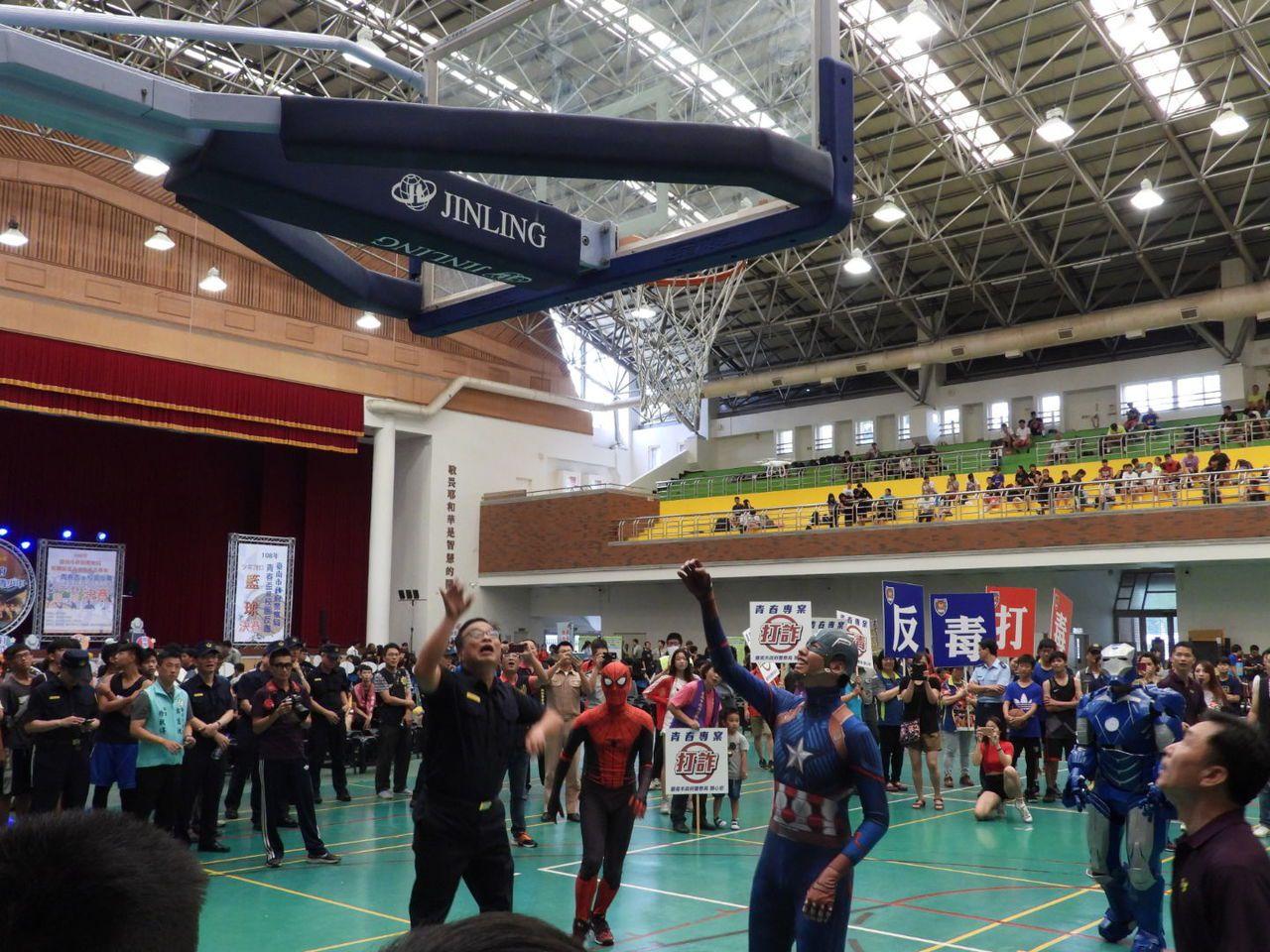 三對三籃球賽正式開打前,市警局長黃宗仁(左一)與扮成漫威英雄人物表演賽。記者周宗...