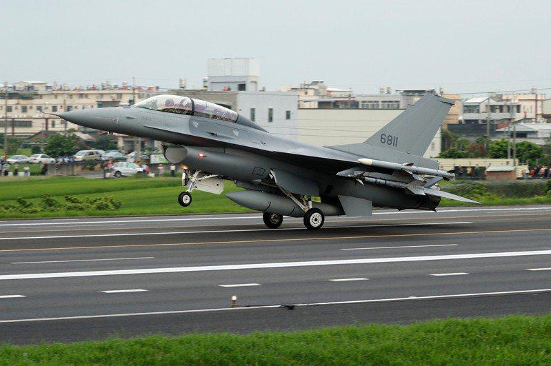 美國眾議員麥考爾說,預期美國政府將要求國會批准售台66架F-16V戰機。路透