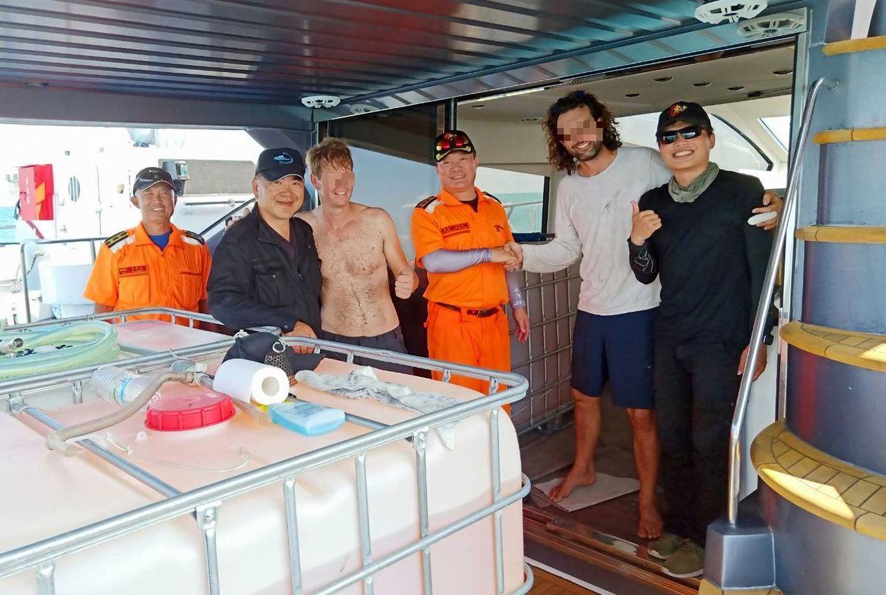 海巡署東沙分隊救援失去動力的遊艇,讓遊艇上的外籍人士直道謝。記者林保光/翻攝