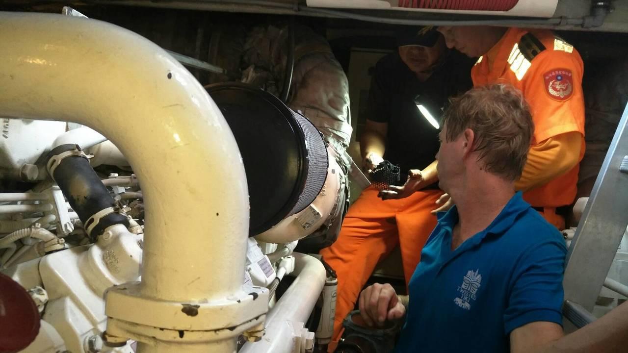 海巡署東沙分隊員協助維修失去動力的香港籍遊艇。記者林保光/翻攝