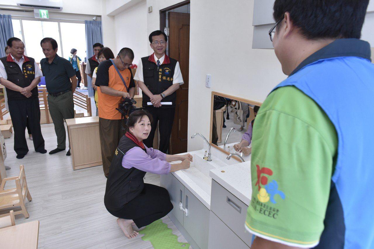 花蓮縣首座公共托育中心設在鳳林,預計9月啟用,縣長徐榛蔚視察設備。圖/縣府提供