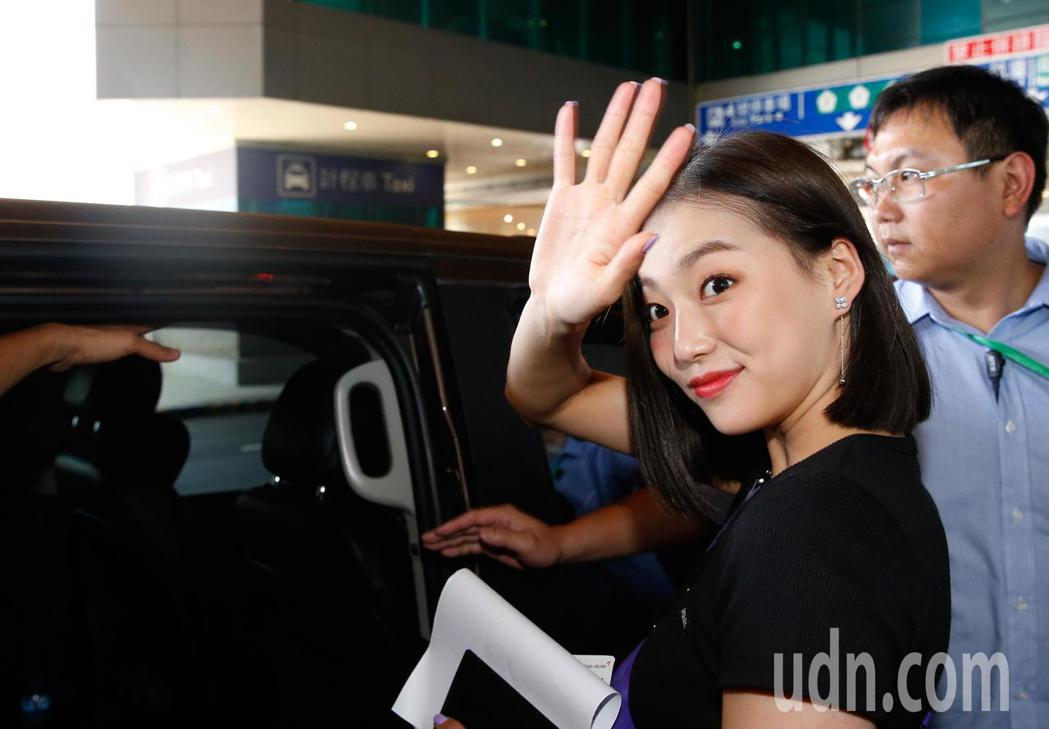 韓國女團CLC中午抵台,7位成員走一般通關入境。記者鄭超文/攝影