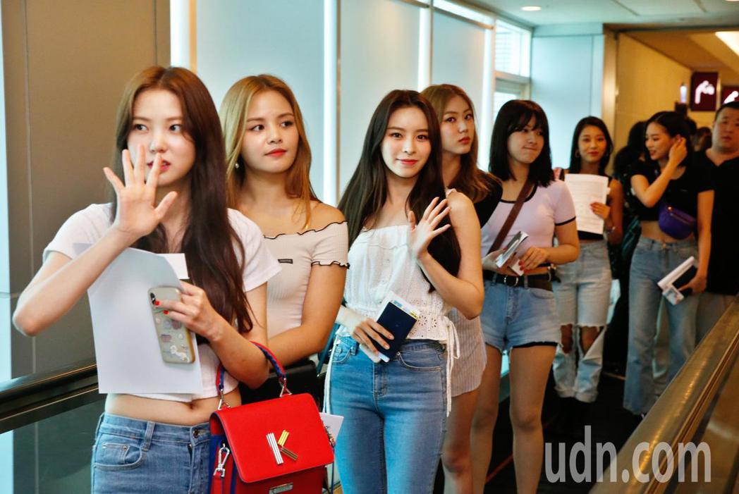 韓國女團CLC中午抵台,7位成員步出管制區的閘門時,有20幾位粉絲從機上一路跟隨...