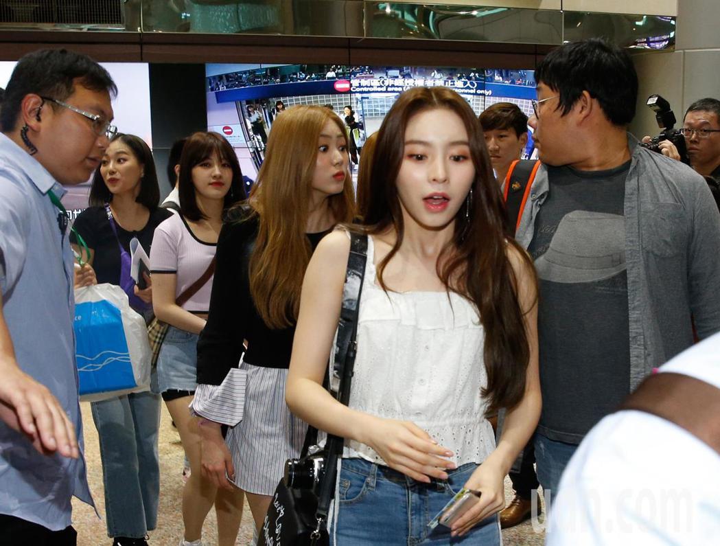 韓國女團CLC中午抵台,入境大廳有近百名粉絲接機,1位粉絲為了搶拍照,除了自己跌...
