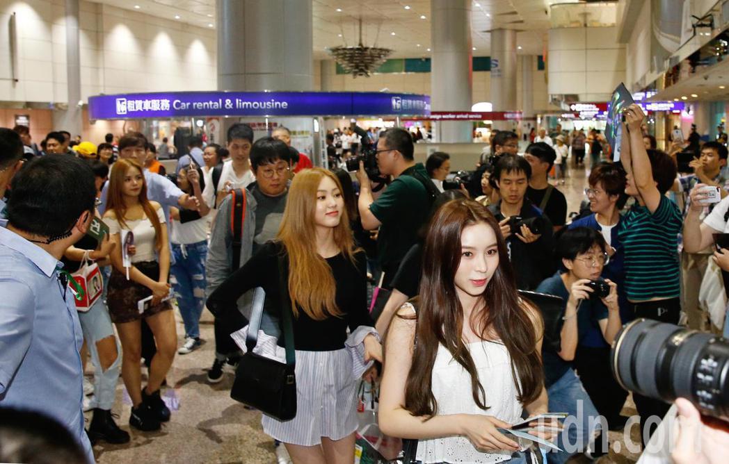 韓國女團CLC中午抵台,7位成員入境時,有近百名粉絲接機。記者鄭超文/攝影