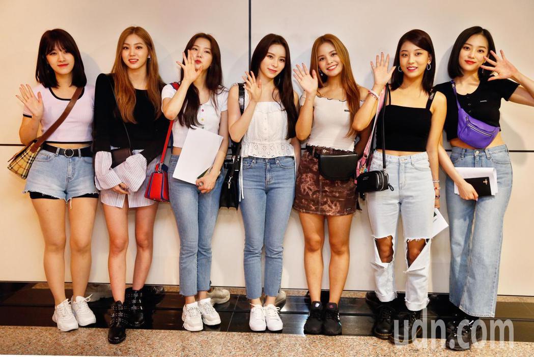 韓國女團CLC中午抵台,7位成員學了中文說,「大家好,我們是CLC」。記者鄭超文...