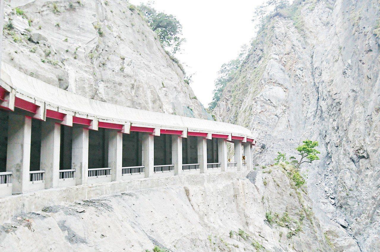 莫拉克風災後,遇雨就坍方的六口溫泉的明隧道修復工程竣工,交通管制5年的南橫公路台...