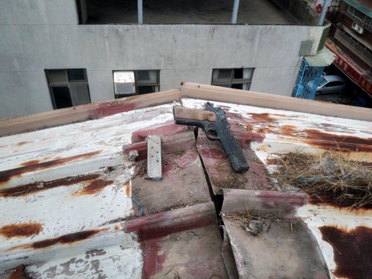 吳姓男子是大樓房東,日前竟被發現其出租的大樓頂樓,放有1把手槍及7顆子彈。記者蔡...