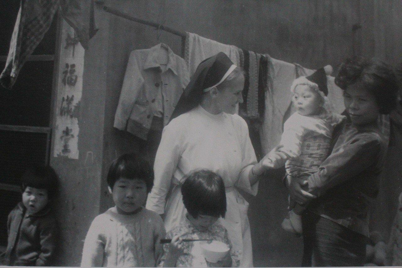 葛永勉1963年從比利時來台,發現當時台灣早產兒醫療不發達,費用也很昂貴,許多父...