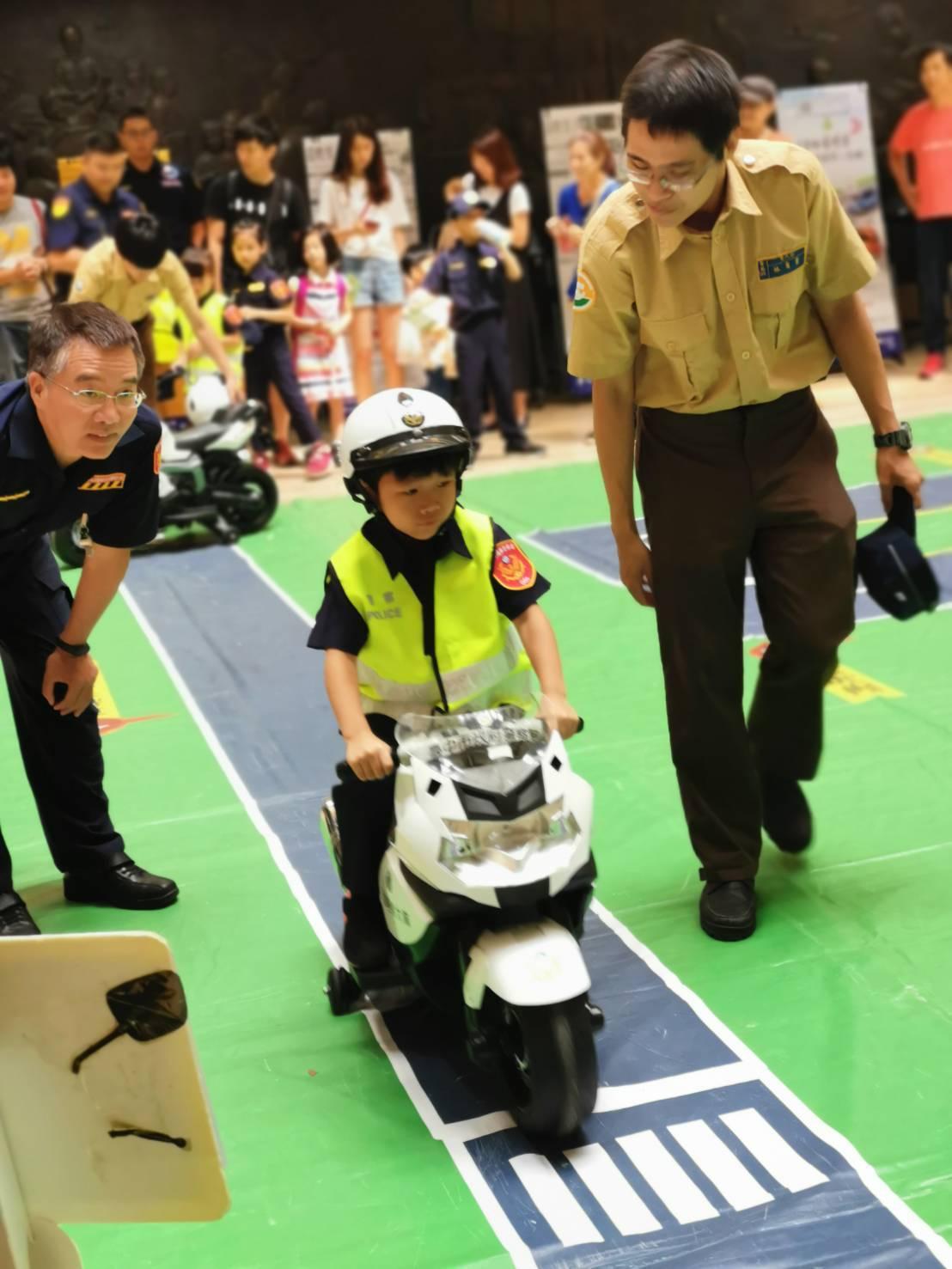 小小警察騎乘警用哈雷小重機,萌樣爆表。圖/台中市政府警察局提供