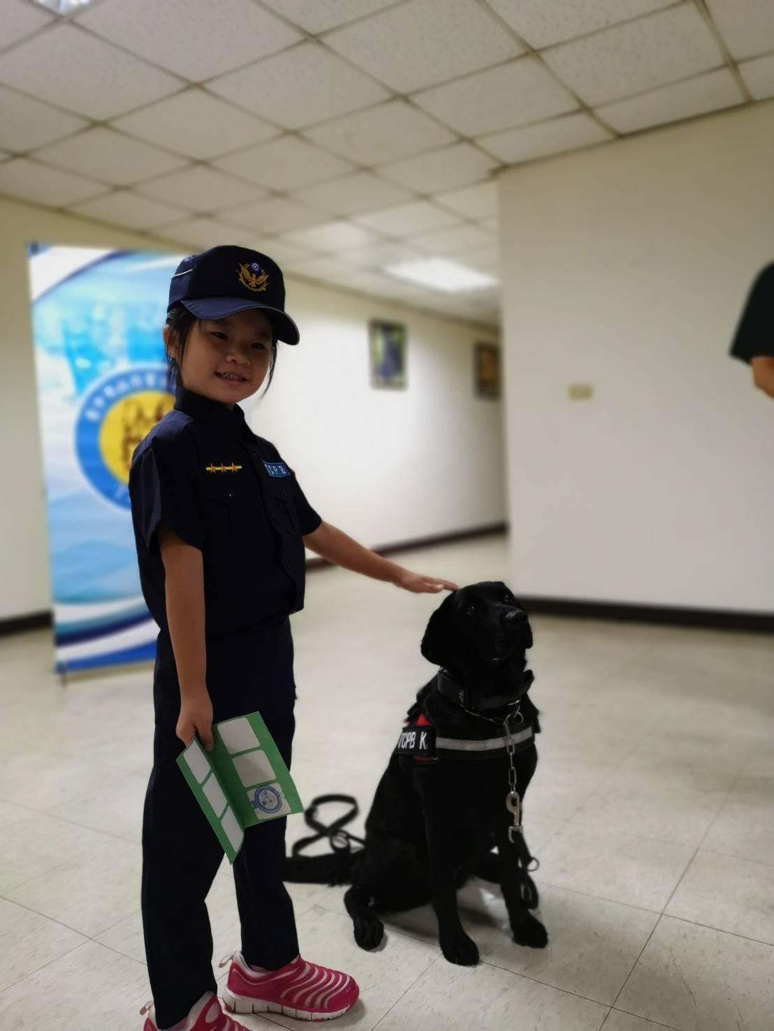 小小女警與警犬隊警犬開心合影。圖/台中市政府警察局提供