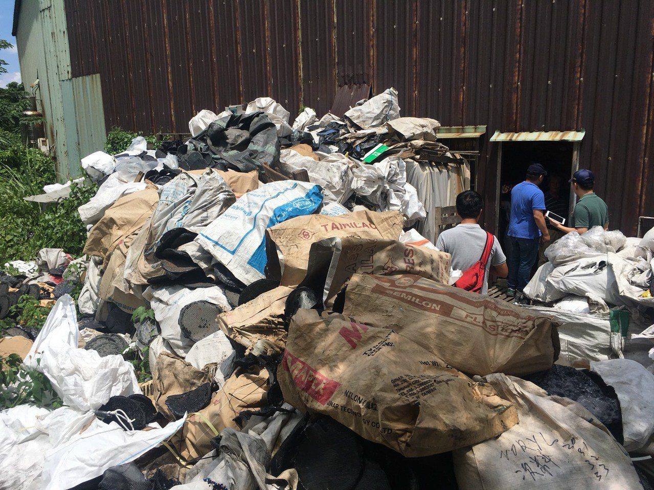 新北三峽一家廢塑膠處理廠違規作業,長期汙染附近空氣,環保局連續查獲2次,將從重裁...