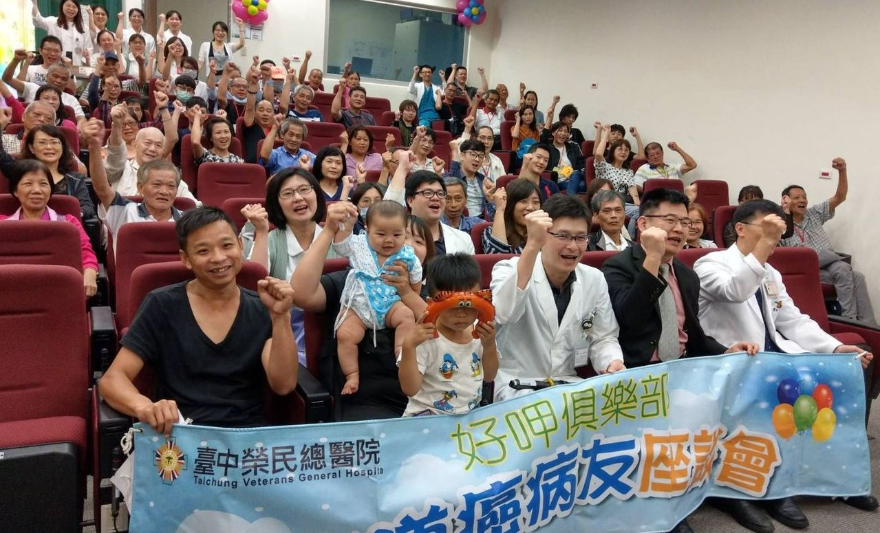 林姓磁磚師父(前排左一)在台中榮總醫療團隊救治、家人的支持下,積極接受治療,如今...