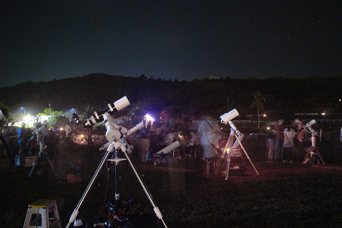 天文愛好者在屏東小墾丁度假村觀賞、搶拍壯麗銀河與英仙座流星雨。記者潘欣中/翻攝