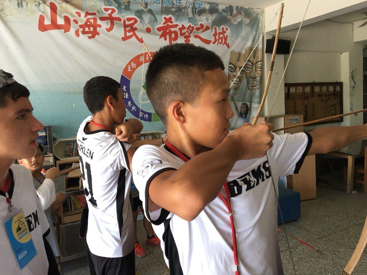 一群吉爾吉斯的家扶青少年,今天到花蓮原民部落學習拉弓射箭,體驗狩獵文化。圖/花蓮...