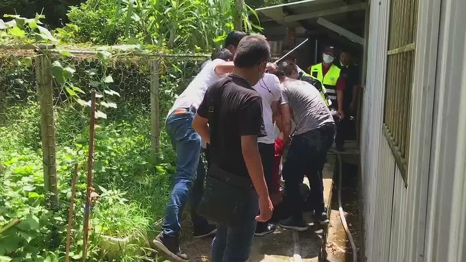 涉嫌持刀砍人的吳姓男子與警方僵持近3小時後被逮捕。圖/民眾提供