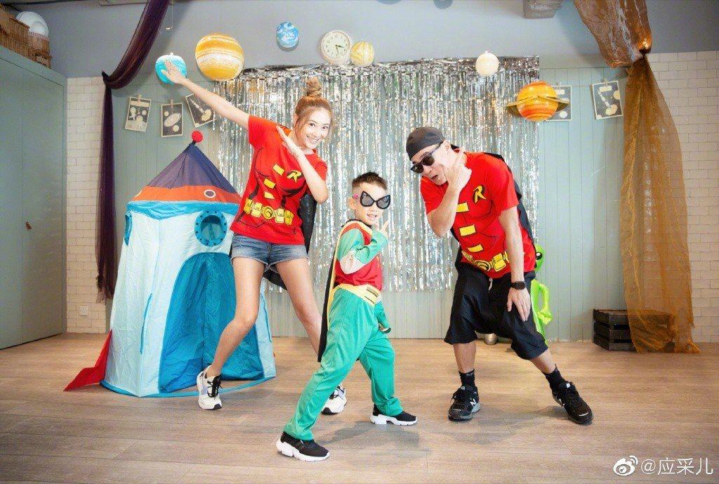 應采兒(左起)和老公陳小春育有6歲兒子Jasper,一家三口超幸福。圖/摘自微博
