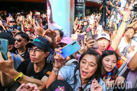 電影「掃毒2 天地對決」下午在西門町封街舉行粉絲會,男主角劉德華與導演邱禮濤走紅毯替電影造勢,熱情的粉絲擠爆現場夾道歡迎天王到來。