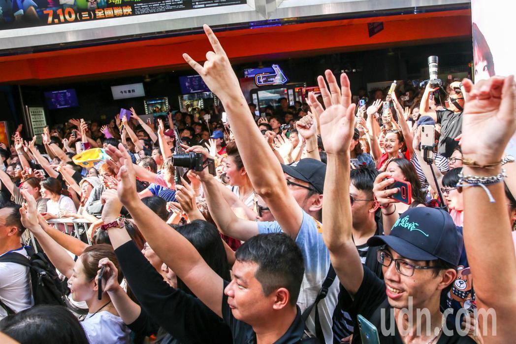 電影「掃毒2 天地對決」下午在西門町封街舉行粉絲會,男主角劉德華出席宣傳,影迷擠...