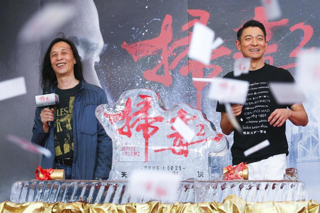 電影「掃毒2 天地對決」下午在西門町封街舉行粉絲會,男主角劉德華(左)與導演邱禮...