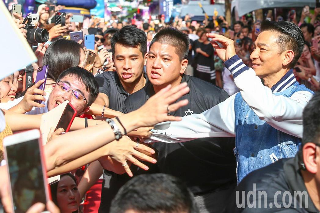 電影「掃毒2 天地對決」下午在西門町封街舉行粉絲會,男主角劉德華(右一)走紅毯。...