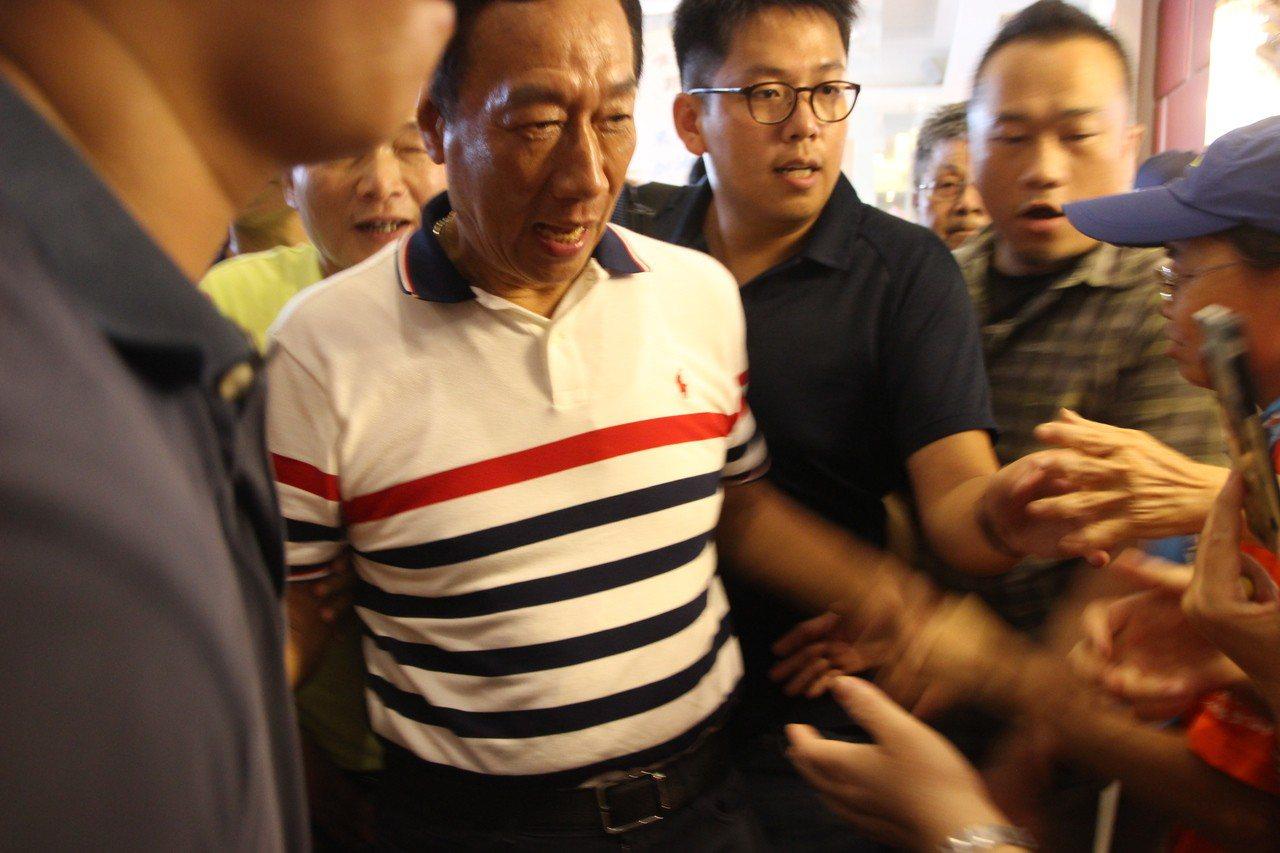 國民黨總統初選參選人郭台銘今天下午首度到彰化,受到支持者歡迎。記者林敬家/攝影