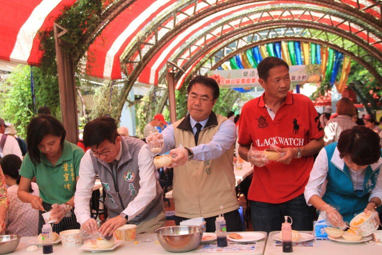 市長黃偉哲等地方人士嘗試製作椪餅芒果冰。記者周宗禎/攝影