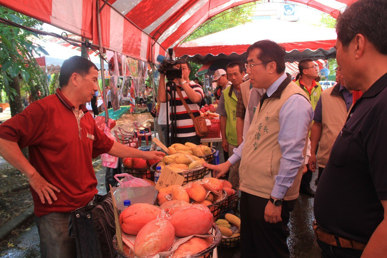 黃偉哲詢問芒果價格並自己花錢採購芒果。記者周宗禎/攝影