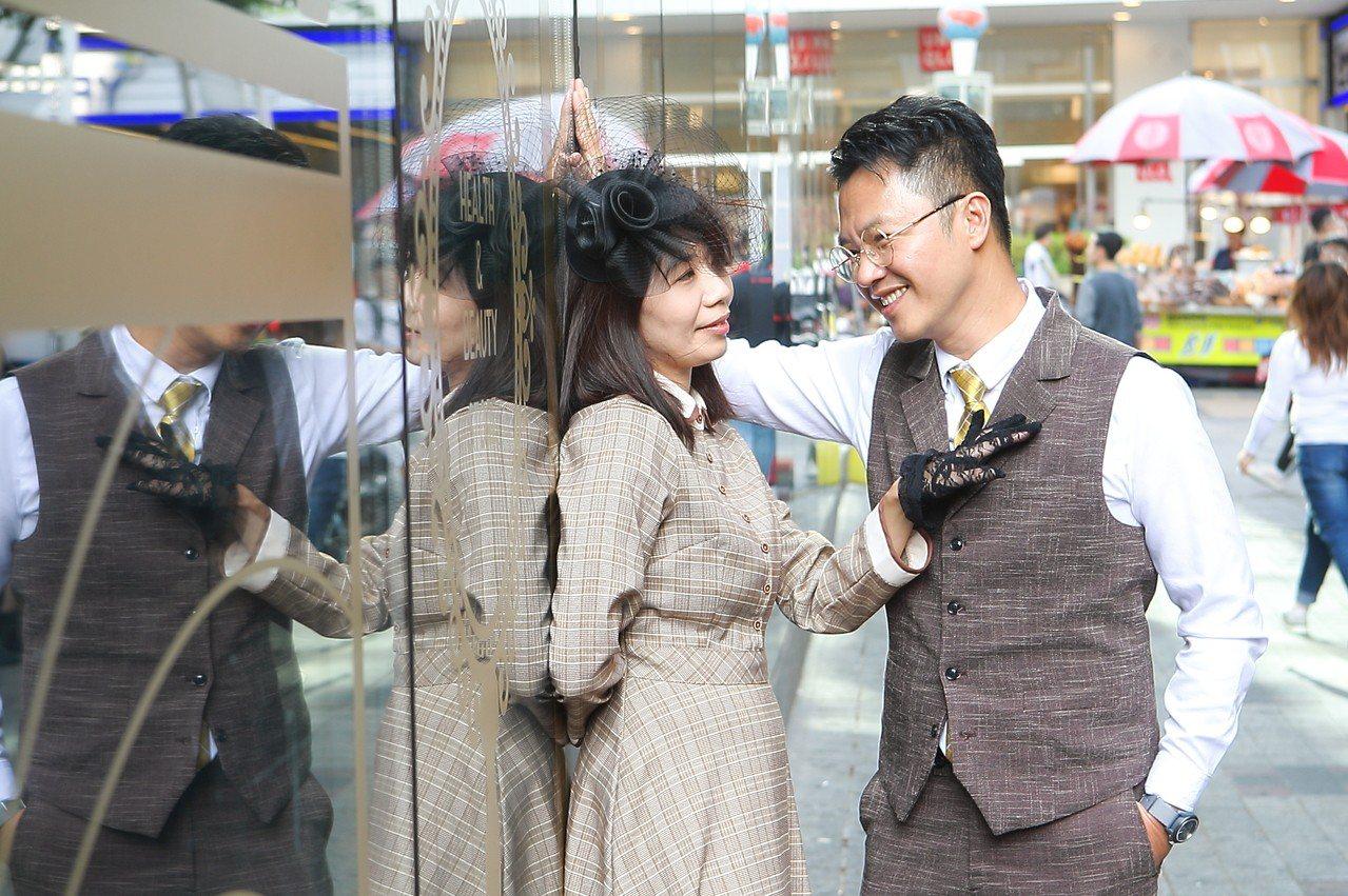 變裝的情侶,也可以直接拍起復古風格的婚紗照。記者陳睿中/攝影