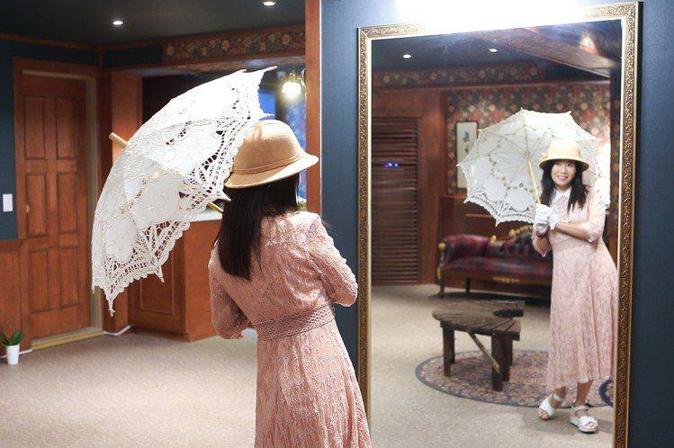 除了洋裝,還有洋傘、帽子可供自行搭配。記者陳睿中/攝影