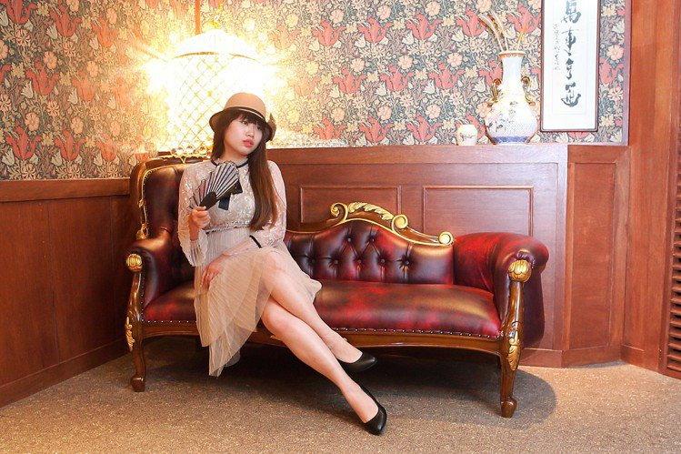 店內的長沙發、花紋壁紙,隨時都可化身攝影空間。記者陳睿中/攝影