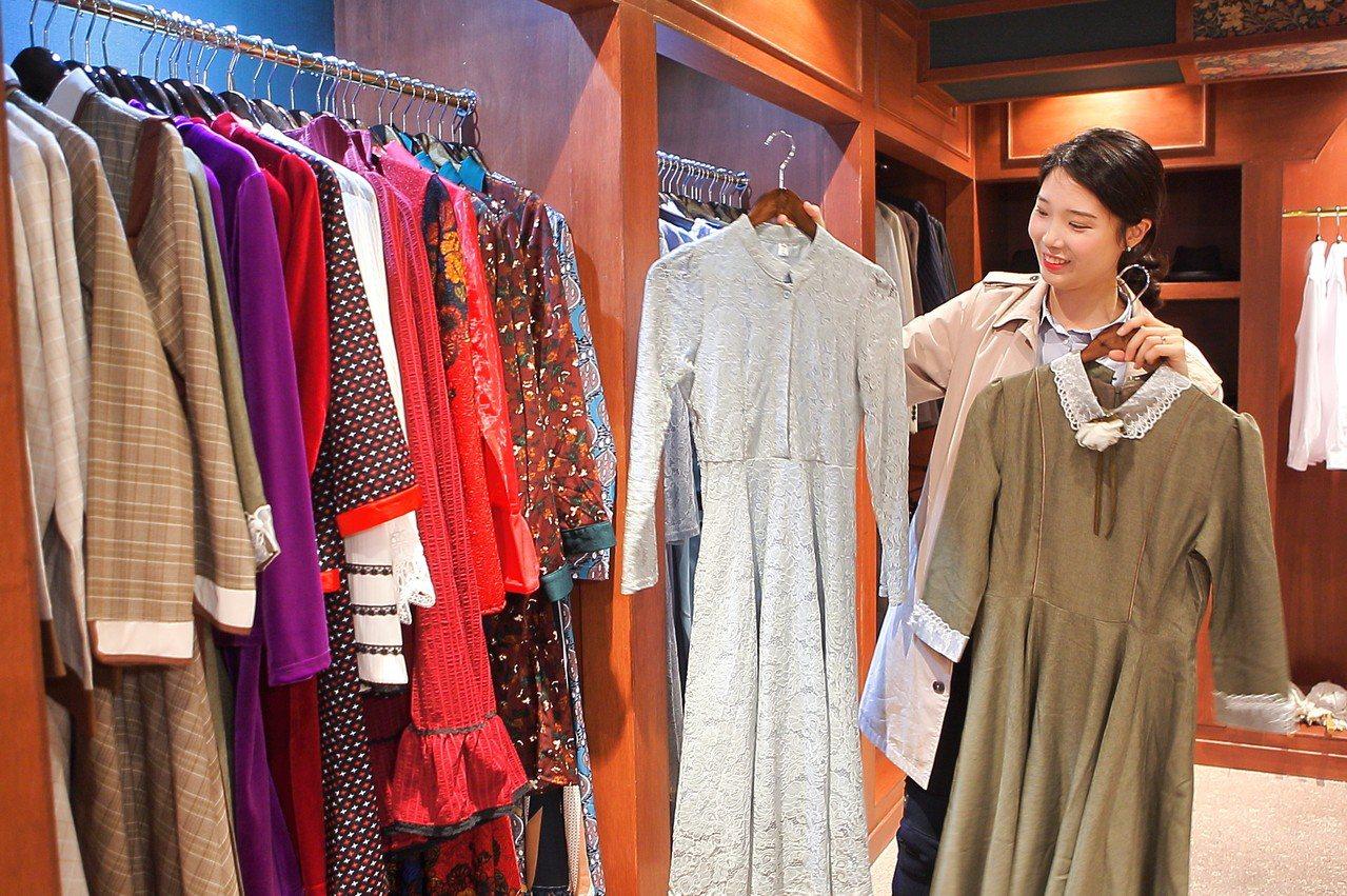 店內有許多款不同樣式的洋裝可供選擇。記者陳睿中/攝影
