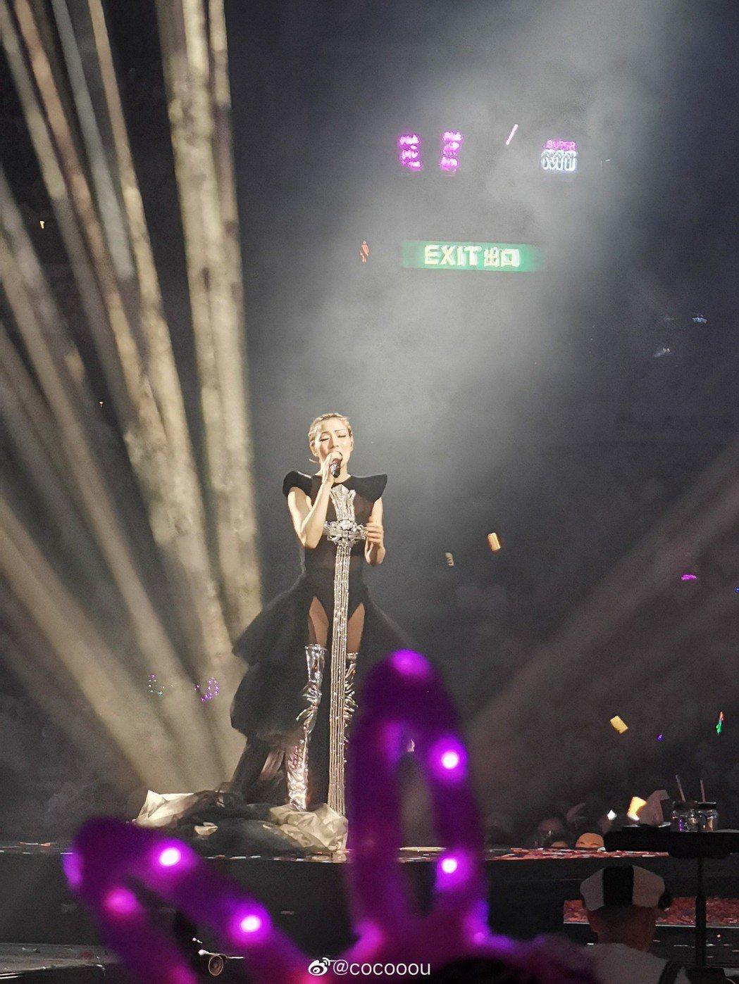 鄭秀文昨晚開唱,似乎受許志安偷吃影響,台上與粉絲說話都帶些傷感。圖/摘自微博