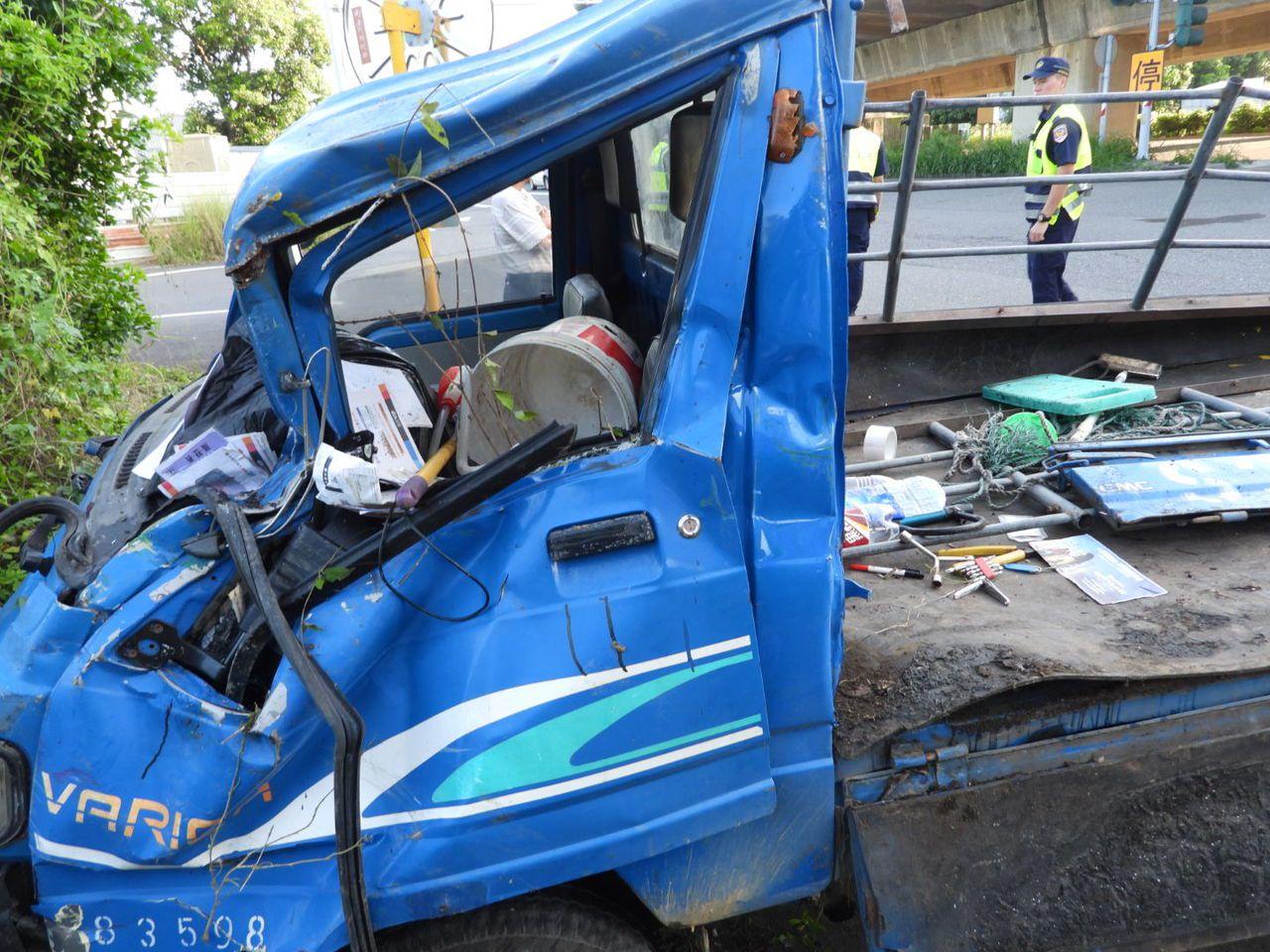 李姓男子卡在凹陷駕駛座上重傷送醫。記者周宗禎/攝影