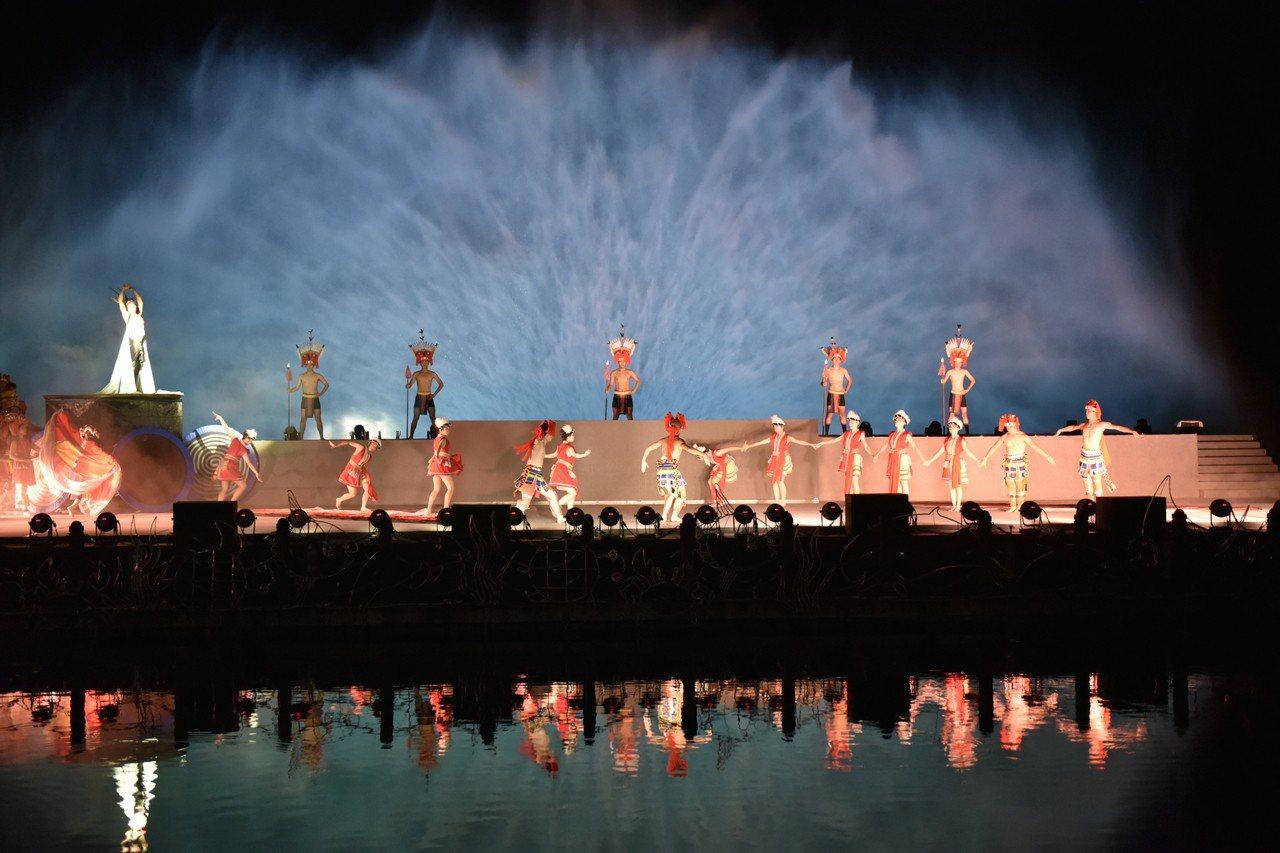 花蓮「紅面鴨FUN暑假-奇萊傳說IV魔法花園」水舞劇場,即起在鯉魚潭邊盛大演出。...