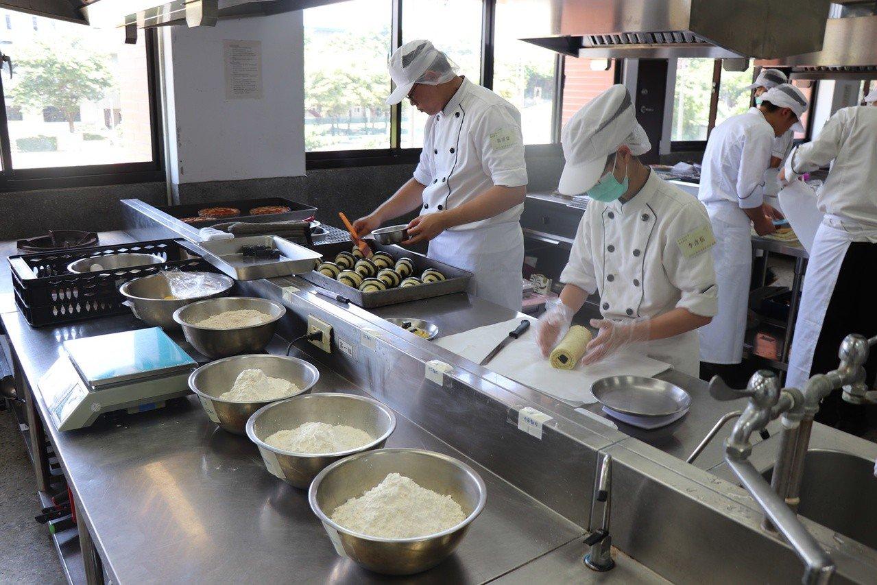 2019全國水產創意烘焙競賽在高科大舉行,參賽選手必須於5小時內完成3樣作品。記...