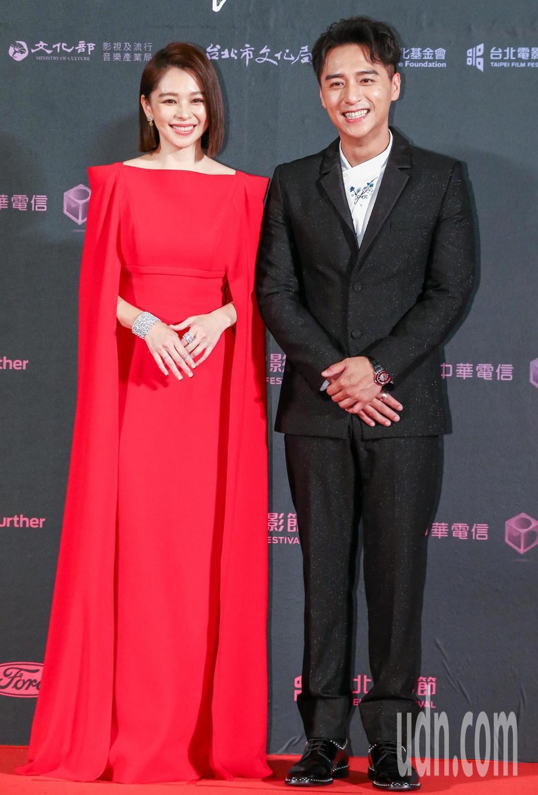 台北電影獎頒獎人徐若瑄(左)與鄭人碩。記者曾原信/攝影